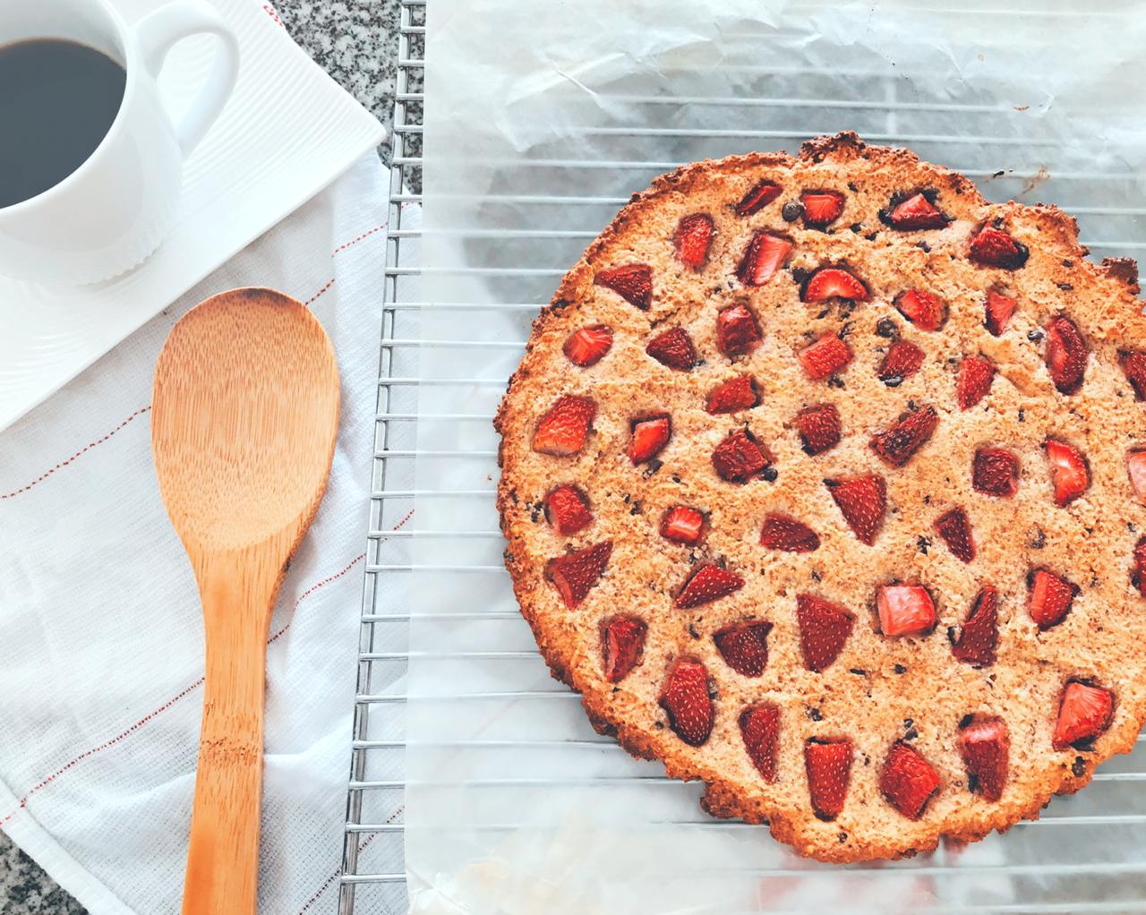 Pizza de Galleta con Fresas y Chocolate Saludable